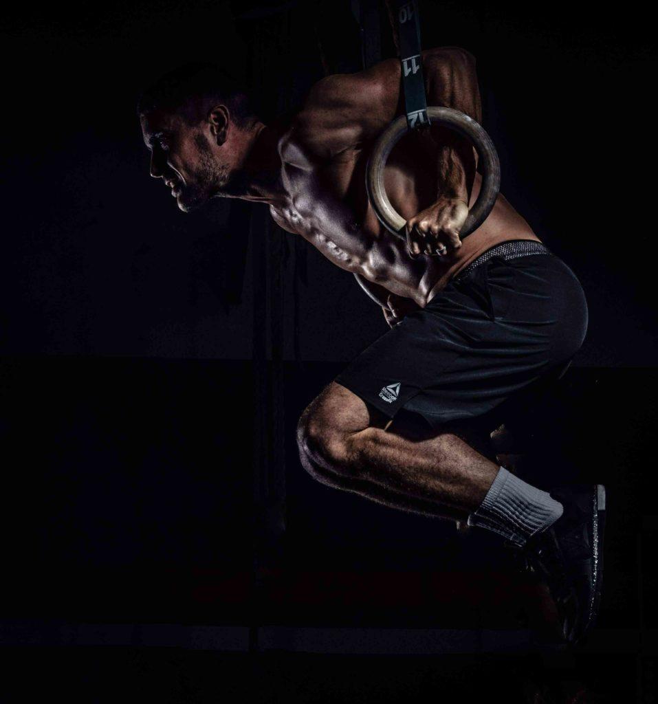 Antoine coach faisant des muscle up aux anneaux