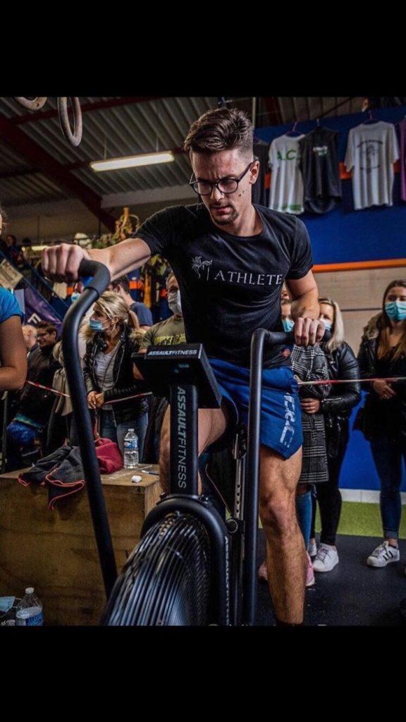 Nolan, un des coachs de CrossFit War Machine sur un assault bike